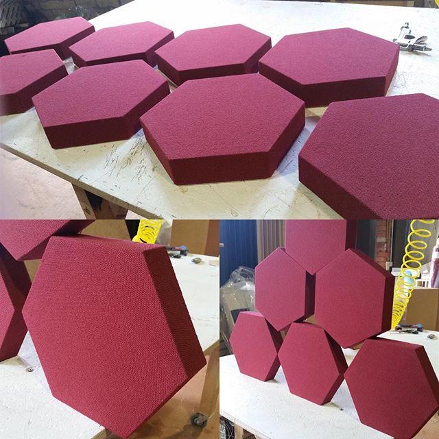 Le panneau « Deco Shape Hexagon » est disponible par boite de quatre unités pour offrir un meilleur rapport qualité prix